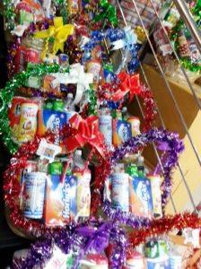 スーパーに並ぶ贈り物のパッケージ