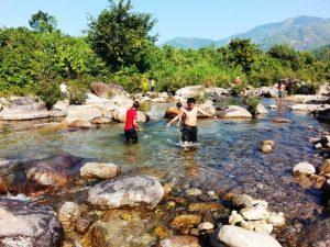 水遊びをする若い男性達