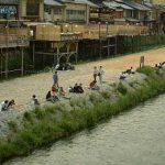 「等間隔の法則」を示す鴨川の土手に並ぶカップルの面々