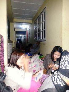 宿泊所の廊下で休憩するメンバー